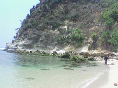 Batu-batu disekeliling pantai sebagai penghias